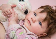 Un pequeño niño abraza el juguete Imagen de archivo libre de regalías