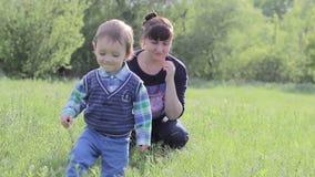 Un pequeño niño camina con su madre almacen de metraje de vídeo