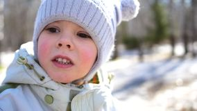 Un pequeño niño camina en el parque Cara del primer Diversión y juegos en el aire fresco metrajes