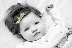 Un pequeño niño con un arco amarillo Foto de archivo