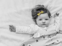 Un pequeño niño con un arco amarillo Imagenes de archivo