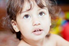 Un pequeño niño mira para arriba Imágenes de archivo libres de regalías