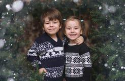 Un pequeño niño por el árbol del Año Nuevo Los niños adornan al Chris Fotografía de archivo libre de regalías