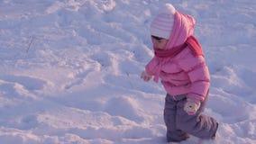 Un pequeño niño que juega en la nieve almacen de metraje de vídeo