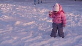 Un pequeño niño que juega en la nieve almacen de video
