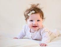 Un pequeño niño que ríe y que aprende arrastrarse Imagen de archivo