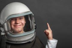 un pequeño niño quiere volar un aeroplano que lleva un casco del aeroplano fotos de archivo libres de regalías