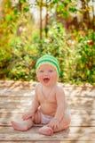 Un pequeño niño se sienta Imagen de archivo libre de regalías