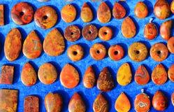 Un pequeño ornamento hecho de piedras coloreadas Fotografía de archivo libre de regalías