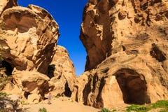 Un pequeño paso entre las rocas escarpadas en poco Petra en Siq a Imagen de archivo