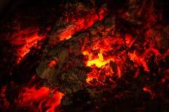 Un pequeño pedazo de quema y de brillar intensamente de madera Fotos de archivo libres de regalías