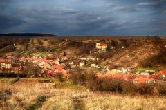 Un pequeño pueblo antes de la tempestad de truenos del otoño imagen de archivo libre de regalías