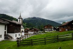 Un pequeño pueblo austríaco con casas típicas y una iglesia foto de archivo
