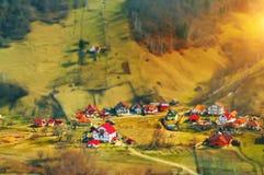 Un pequeño pueblo en el valle en las montañas Foto de archivo libre de regalías