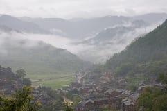 Un pequeño pueblo en la niebla fotos de archivo