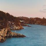 Un pequeño pueblo en la playa en Noruega Fotos de archivo libres de regalías