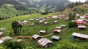 Un pequeño pueblo en montañas de la región del Mar Negro con los hogares de madera tradicionales de Artvin, Turquía
