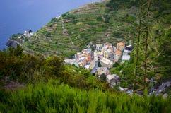 Un pequeño pueblo italiano acurrucado en un valle Imagen de archivo libre de regalías