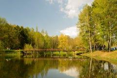 Un pequeño puente a través del lago Autumn Landscape Foto de archivo