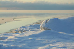 Un pequeño río que fluye en el mar de congelación Imagen de archivo