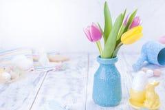Un pequeño ramo de tulipanes rosados en un florero azul Decoración de Pascua Espacio libre para el texto, espacio de la copia Imágenes de archivo libres de regalías