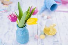Un pequeño ramo de tulipanes rosados en un florero azul Decoración de Pascua Espacio libre para el texto, espacio de la copia Imagen de archivo libre de regalías