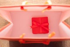 Un pequeño regalo en bolso Fotografía de archivo libre de regalías