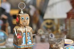Un pequeño robot detrás de la ventana foto de archivo