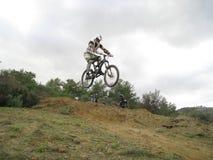 Un pequeño salto de la bici Imagen de archivo libre de regalías