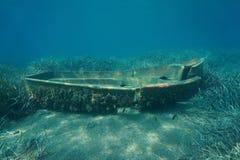 Un pequeño submarino arruinado del barco en el fondo del mar imágenes de archivo libres de regalías