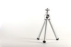 Un pequeño trípode para la cámara o la cámara de vídeo, una cosa práctica Fotos de archivo