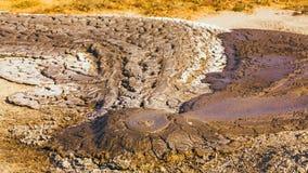 Un pequeño volcán de trabajo del fango almacen de video