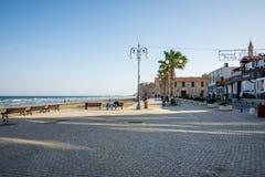 Un pequeños cuadrado y explanada cerca del castillo y de la playa de Larnaca Imagen de archivo libre de regalías