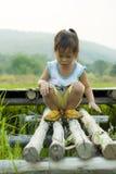 Un peque?o ni?o camina adelante en camino del campo del arroz foto de archivo