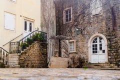 Un peque?o patio acogedor en la ciudad vieja de Budva montenegro foto de archivo