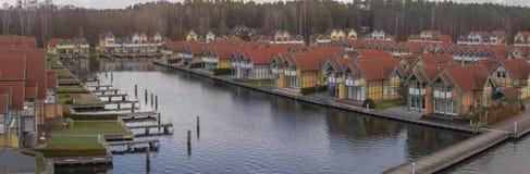 Un peque?o pueblo con las caba?as del verano en Alemania cerca el lago foto de archivo