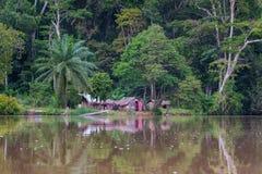 Un pequeño pueblo del río Sangha reflejó el agua (el República del Congo) Foto de archivo libre de regalías