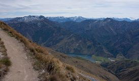 Un percorso che conduce alla cima di Ben Lomond vicino a Queenstown in Nuova Zelanda, montagne nei precedenti immagini stock