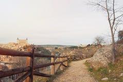 Un percorso con il recinto rurale di legno sopra la collina in vista di Tole Immagini Stock Libere da Diritti