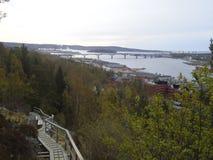 Un percorso d'escursione di legno sulla montagna in Sundsvall fotografie stock