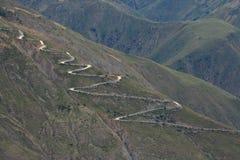 Un percorso di bobina in montagne Fotografia Stock