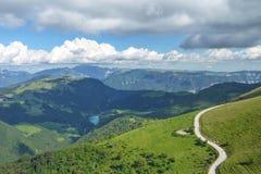 Un percorso di bobina nelle montagne Fotografie Stock Libere da Diritti