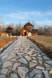 Un percorso di pietra ad una chiesa ortodossa Fotografie Stock