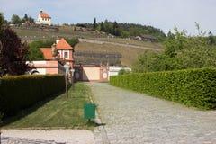 Un percorso ha allineato con una barriera dietro il castello Troja Fotografia Stock