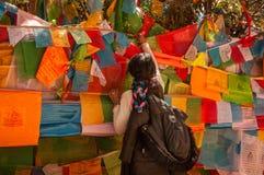 Un peregrino tibetano que ruega en Yubeng Fotos de archivo libres de regalías