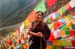 Un peregrino tibetano que ruega en Yubeng Fotografía de archivo libre de regalías