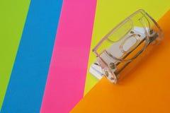 Un perforateur de bureau avec le papier Photo libre de droits