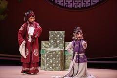 """Un perno de la señora mayor azul- ofreció -Kunqu al  del oeste de Chamber†del """"the de la ópera fotografía de archivo"""