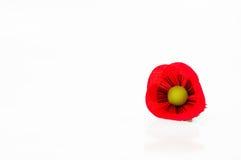 Un perno del fiore del papavero del tessuto su fondo bianco Fotografie Stock Libere da Diritti