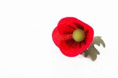 Un perno del fiore del papavero del tessuto su fondo bianco Fotografia Stock